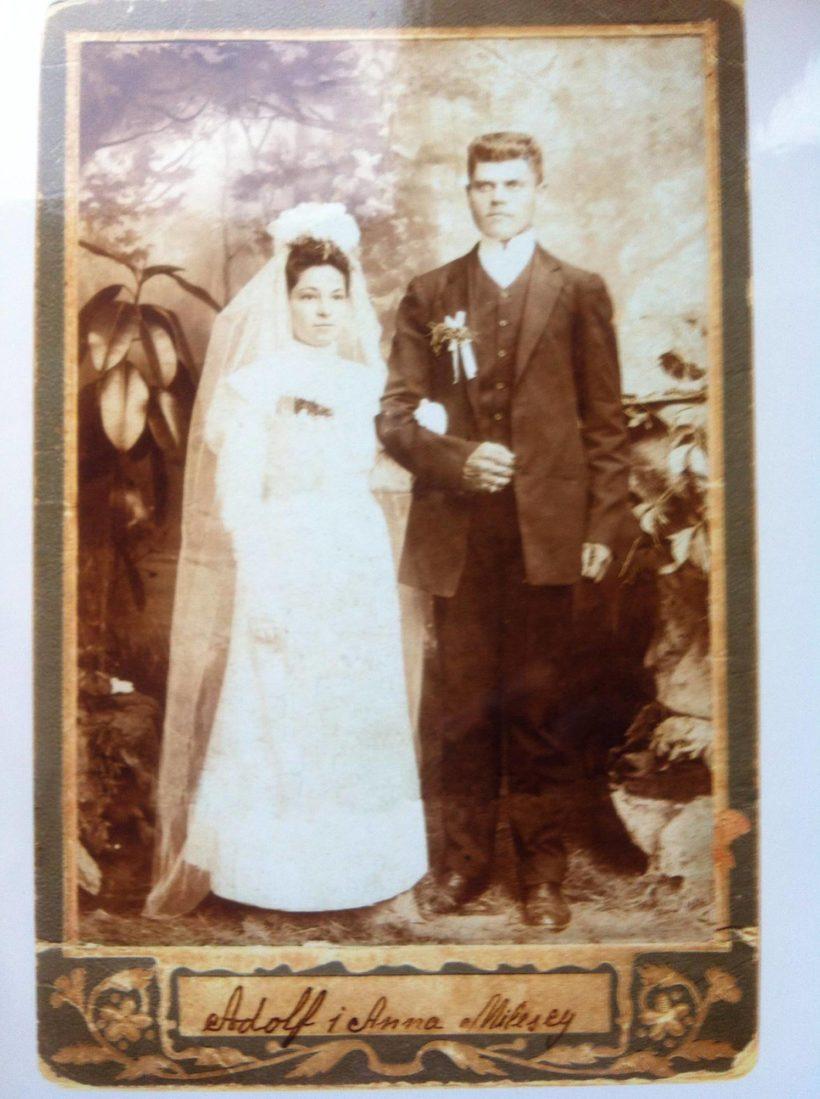 Anna Błońska z zubożałej szlacheckiej rodziny oraz Adolf Milewski, bogaty rolnik, w dzień ich ślubu, foto udostępnione przez autorkę