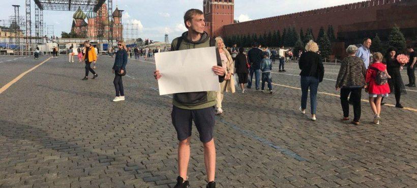 Na Placu Czerwonym zatrzymano dziennikarza z pustą kartką papieru