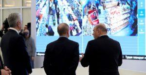 Mer Moskwy Siergiej Sobianin, przewodniczący Rządu Rosji Michaił Miszustin i prezydent Rosji Władimir Putin w centrum informacyjnym monitorującym sytuację wokół koronawirusa - kremlin.ru