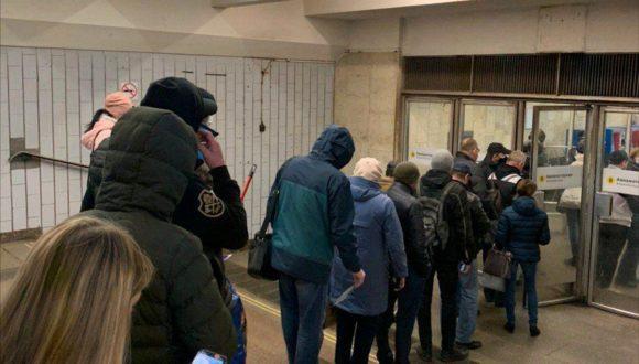 Stanie w kolejce przy metrze a dystans społeczny