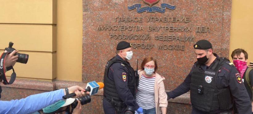 W Moskwie zatrzymano dziennikarzy popierających aresztowanego Ilję Azara