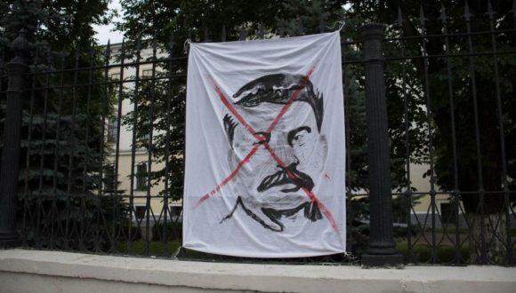 W Twerze na ogrodzeniu uniwersytetu wywieszono przekreślony portret Stalina