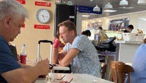Aleksiej Nawalny pije herbatę na lotnisku w Tomsku - zdjęcie t.me/moscowmap