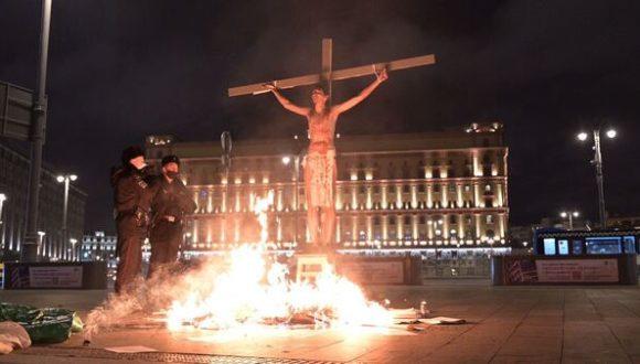 """W Moskwie pod siedzibą FSB """"siłowiki"""" podpalili """"Jezusa Chrystusa"""""""