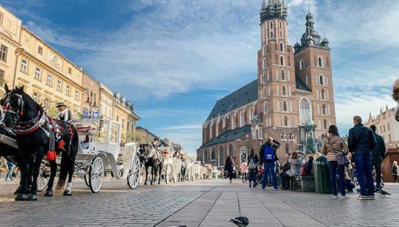 Польское общество отрицательно оценивает вмешательство Церкви в политику