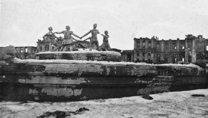 """Fontanna """"Dziecięcy okrągły taniec"""" na Placu Dworcowym w zniszczonym Stalingradzie po zakończeniu bitwy o Stalingrad. Siergiej Strunnikow, 1943 / Wikipedia"""